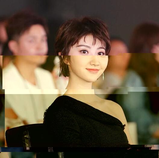 美女秀场景甜美出新高度 短发帅气图片